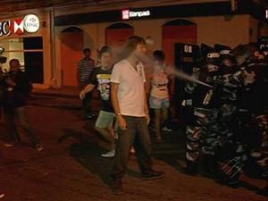 Polícia acerta manifestante com spray de pimenta no rosto em Belém (Foto: Reprodução / TV Liberal)