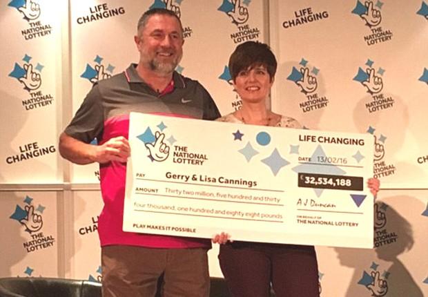 Gerry e Lisa Cannings, os novos milionários da Inglaterra: prêmio de R$ 181 milhões (Foto: Reprodução/YouTube)