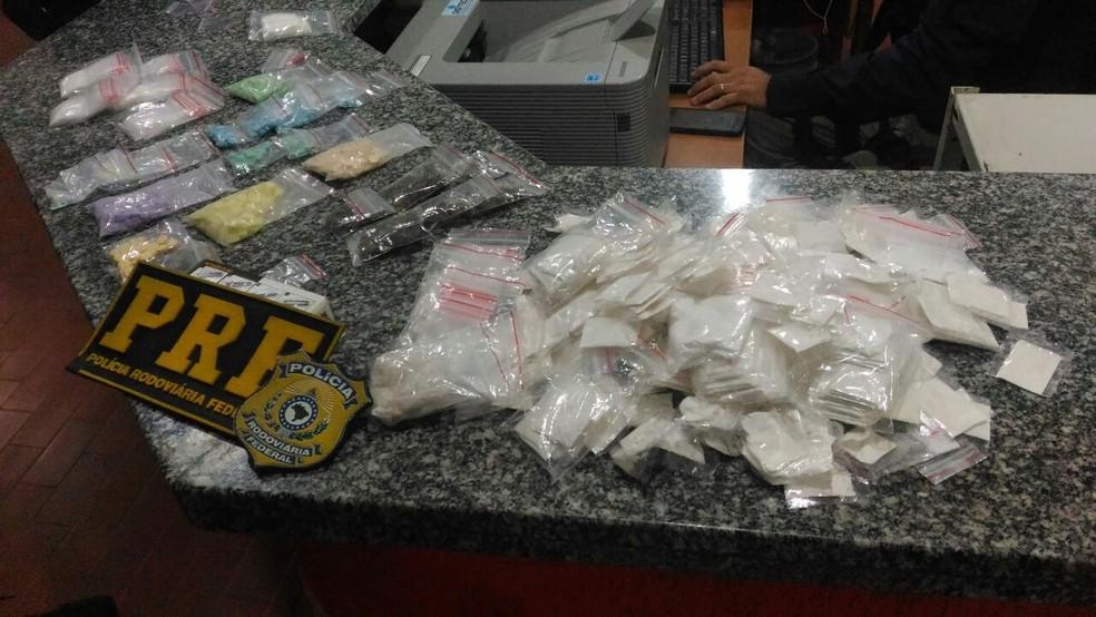 Drogas estavam escondidas no painel do carro, dentro de meias (Foto: PRF/Divulgação)