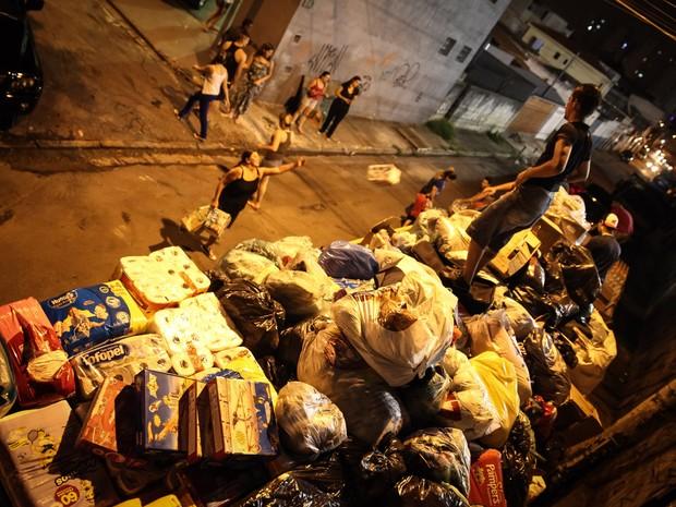 'Família do Barulho' carrega caminhão com cerca de 25 toneladas de doações arrecadadas em apenas 3 dias, na Mooca, Zona Leste de São Paulo. A família viajou até Barra Longa (MG) para distribuir os materiais para atingidos pela lama da barragem de Mariana (Foto: Fábio Tito/G1)