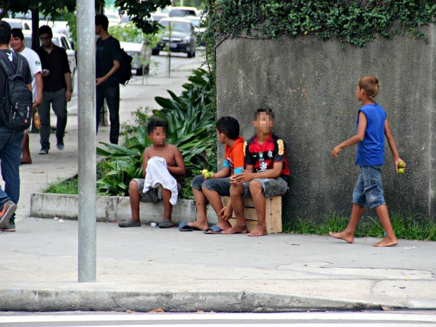 Normalmente as crianças são levadas pelos irmãos mais velhos (Foto: Rickardo Marques/G1 AM)