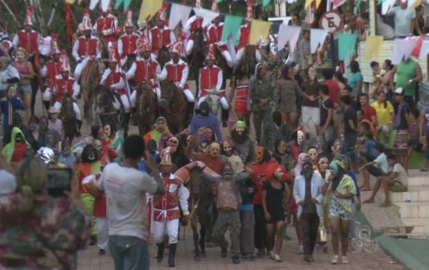 População na encenação da batalha de São Tiago em Mazagão. (Foto: Reprodução/TV Amapá)