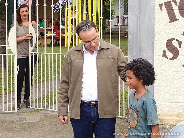 A maquiadora vê o empresário ajudando um menino de rua (Foto: Sangue Bom / TV Globo)