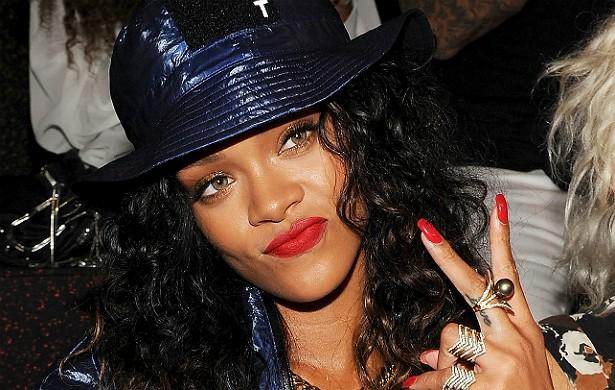 """Rihanna é famosa por sua humildade, mas, veja só, até quando a estrela paga de arrogante ela se dá bem. Em 2012, RiRi fez a maior zona numa balada em Londres: dançou em cima de uma mesa, caiu, quebrou taças e garrafas, e foi levada para fora pelos seguranças. Mas aí gritou """"Você sabe quem eu sou?"""" e pronto! O dono do estabelecimento reconheceu a cantora, a conduziu de volta para dentro e arranjou uma nova mesa e drinks de graça pra popstar e seus amigos. (Foto: Getty Images)"""