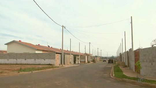 Moradores de conjunto habitacional em Guatapará vivem sem iluminação pública e relatam medo