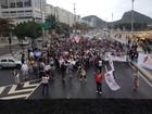 Professores em greve fazem ato na Praia de Copacabana