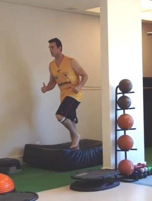 O pivô Murilo Becker, do São José Basquete, em trabalho de fisioterapia (Foto: Reprodução/Twitter)