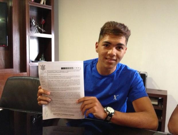 Igor Gomes assina contrato com Corinthians (Foto: Lupercio Segundo/Divulgação)