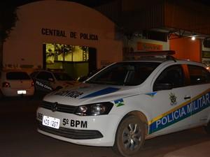 Suspeito foi encaminhado à Central de Polícia (Foto: Toni Francis/G1)