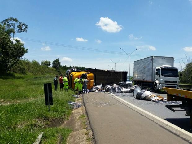 Caminhão tombou no Km 851 da BR-381, em Pouso Alegre, MG, e carga de arame ficou espalhada na pista (Foto: Polícia Rodoviária Federal)