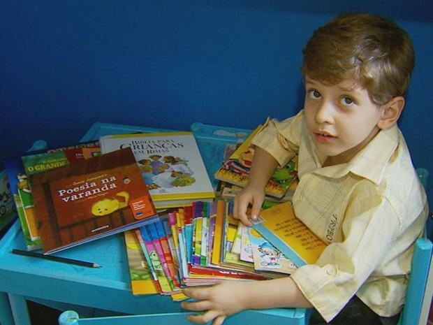 Mateus tem quatro anos e já leu mais de 200 livros (Foto: Reprodução EPTV)