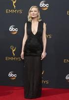 Decotes roubam a cena no tapete vermelho do Emmy em Los Angeles