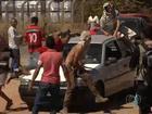 Manifestantes protestam na GO-070 e chegam a subir em carro; veja vídeo