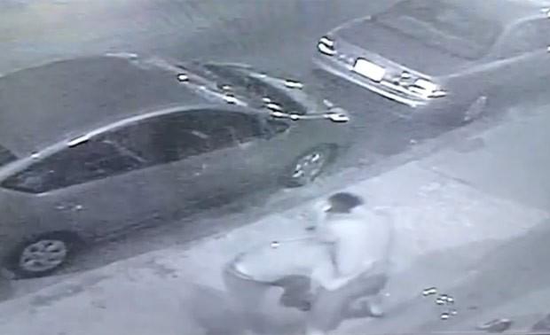 Dois homens bêbados protagonizaram briga bizarra na Filadélfia (Foto: Reprodução/YouTube/Reply)