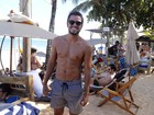 Rodrigo Simas mostra habilidade na praia e planta bananeira