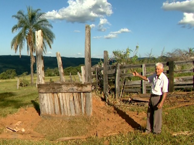 Miguel Alves da Fonseca diz que reconstruiu curral em outro local para dificultar ação dos ladrões (Foto: Luciano Tolentino/EPTV)