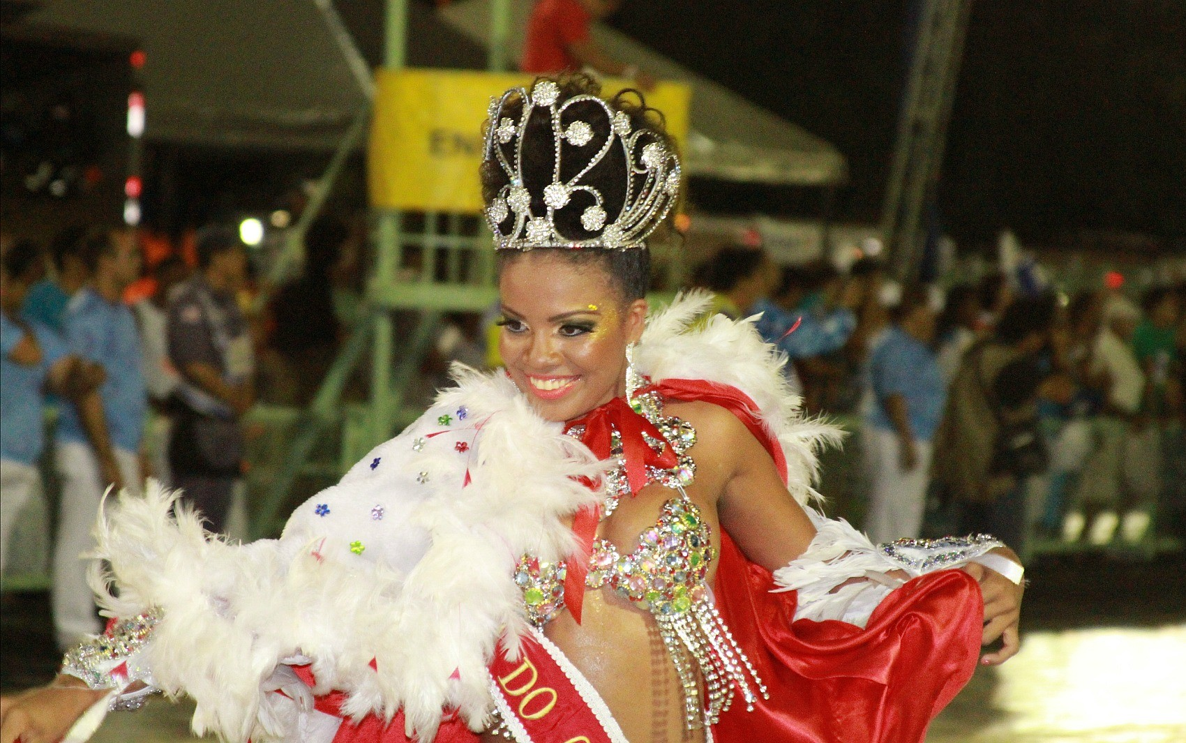 Rainha do Carnaval de Manaus, Luciana Santos, abriu o desfile da escola (Foto: Frank Cunha/G1)