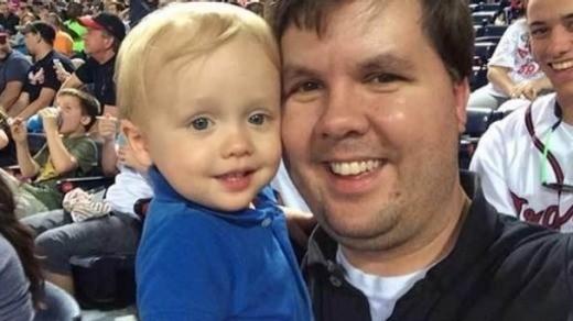 Cooper e o pai, Justin Harris (Foto: Reprodução Facebook)