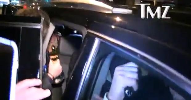 Homem entrega estatueta do Oscar no carro de Leonardo DiCaprio (Foto: Reprodução/Vídeo)