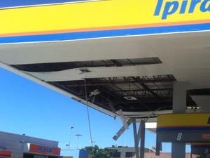 Parte do teto do posto também foi destruído na explosão (Foto: Renata Igrejas/ Inter TV)
