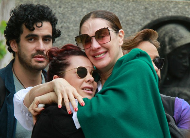 Fernanda Souza e Claudia Raia no enterro de Marcos Tumura (Foto: Amauri Nehn/Brazil News)