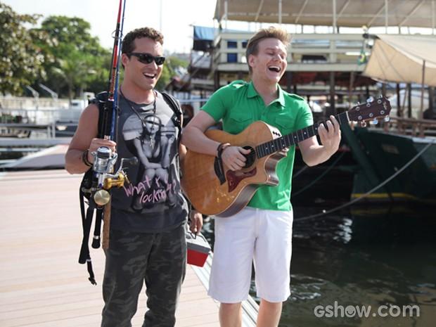 Ator e músico se divertem em gravação (Foto: TV Globo/Pedro Curi)