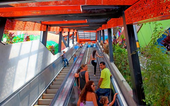 Escada rolante em favela de Medelin (Foto: Robin Utrecht/Sipa USA) (Newscom)