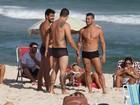Ex-BBB Yuri exibe tanquinho em dia de praia com amigos