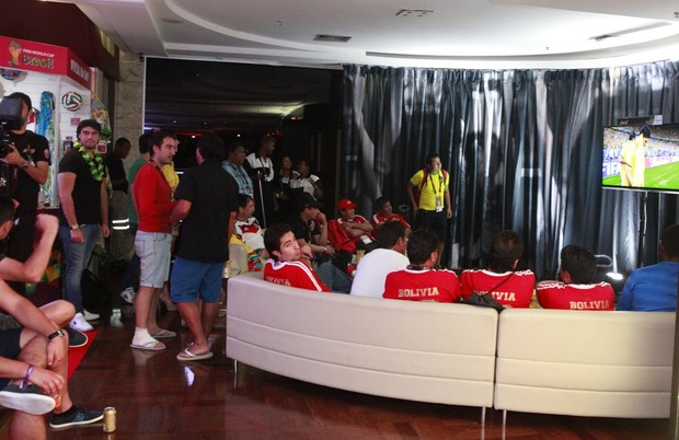 Olin Batista acompanha partida do Brasil no lobby de hotel no Rio (Foto: Isac Luz/EGO)