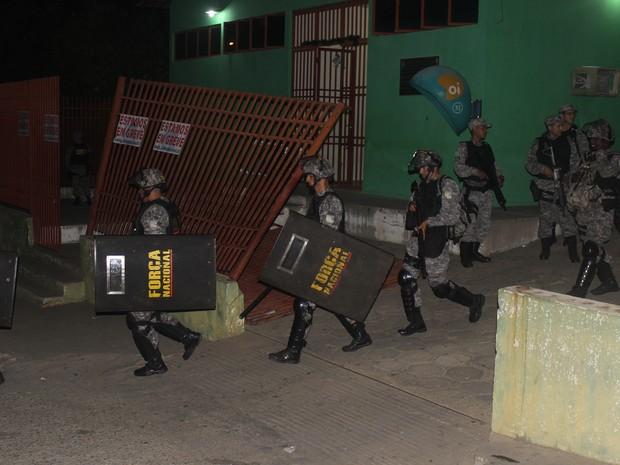 Policiais da Força Nacional deixam presídio do Piauí (Foto: Ellyo Teixeira/G1)