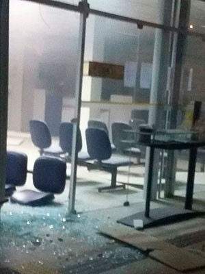 Agência bancária teve cofre explodido na cidade de Ubaíra (Foto: Carlos José/Voz  da Bahia)