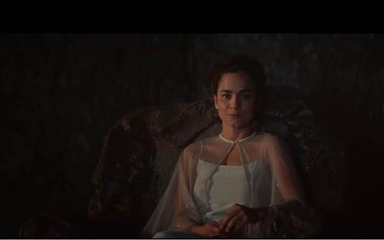 Alice Braga posa caracterizada como sua persoanagem em A cabana, filme baseado no best-seller homônimo do canadense William P. Young (Foto: Divulgação)