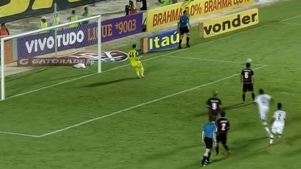 Paulo Victor defende pênalti e garante triunfo do Flamengo sobre o Vitória (Foto: Reprodução SporTV)