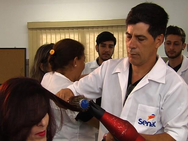 Mecânico quer estudar no Senac para se tornar cabelereiro, em Goiânia, Goiás (Foto: Reprodução/TV Anhanguera)