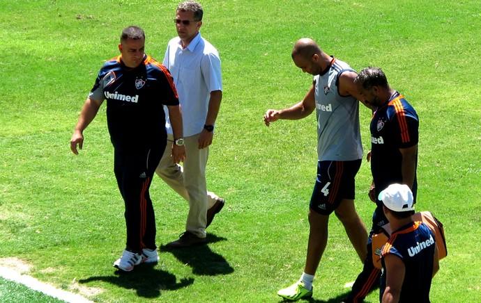 Leandro Euzébio com dores no tornozelo  (Foto: Cauê Rademaker)