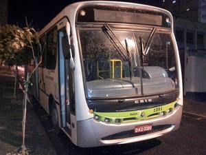 Ônibus apedrejado em avenida de Piracicaba nesta segunda-feira (16) (Foto: Leon Botão/G1)