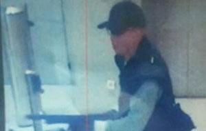 Imagem divulgada pela polícia mostra o suspeito (Foto: Reprodução)