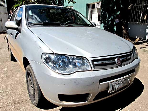 Carro roubado que era utilizado por suspeitos durante assaltos a postos de combustíveis do DF (Foto: Lucas Nanini/G1)