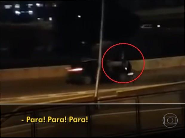 Motorista não parou e atropelou um dos assaltantes no viaduto em Heliópolis (Foto: TV Globo/Reprodução)