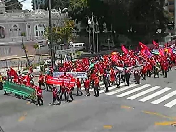 CUT-PE coordena ato contra ajustes fiscais do governo federal (Foto: Reprodução / TV Globo)