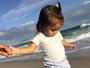 Maria Flor passeia na praia e Deborah Secco registra o momento: 'Meu céu'