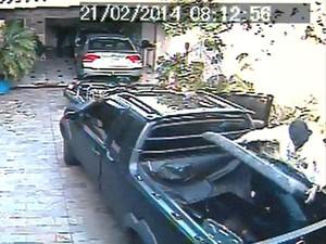 Ladrão coloca TV roubada em caçamba de caminhonete em Franca, SP (Foto: Reprodução/EPTV)