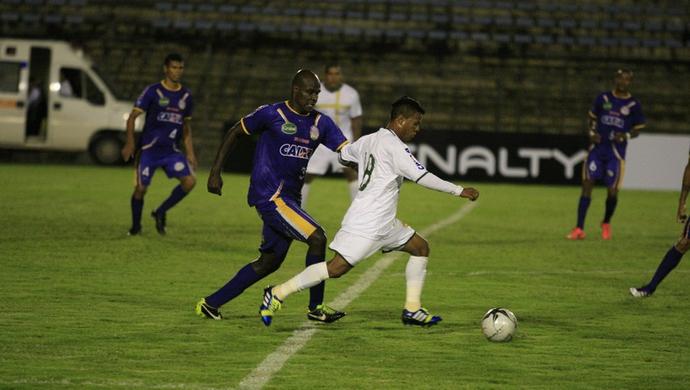 Zagueiro Eraldo do Interporto teve trabalho contra o Brasiliense de Edicarlos (Foto: Cláudio Reis/BrasilienseFC.com.br)