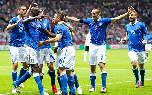 Mario Balotelli comemora gol da Itália contra a Alemanha (Foto: AP)