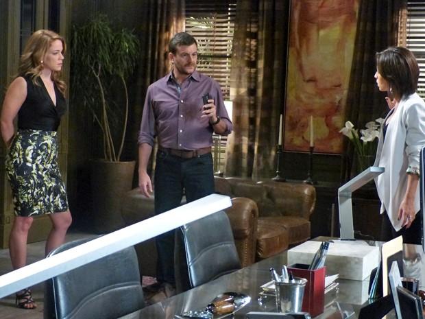 Josué recebe ligação e Clara desconfia (Foto: Fabio Rosso/ Gshow)