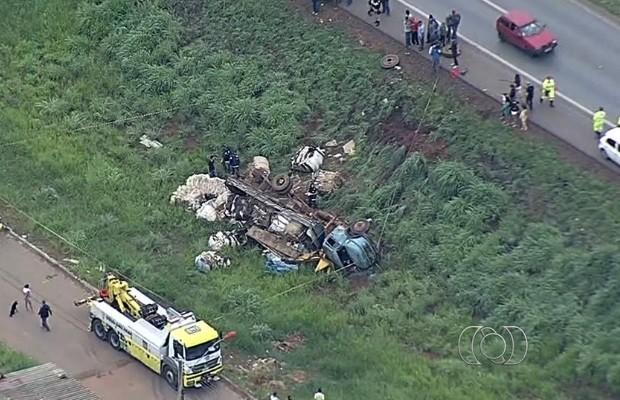 Motorista morre após ser esmagado por caminhão enquanto trocava pneu em Goiás (Foto: Reprodução/TV Anhanguera)