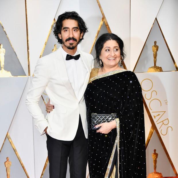 Dev Patel com a mãe no tapete vermelho do Oscar (Foto: reprodução )