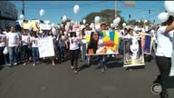 Parentes e amigos de jovem assassinada pelo namora fazem caminhada pedindo justiça