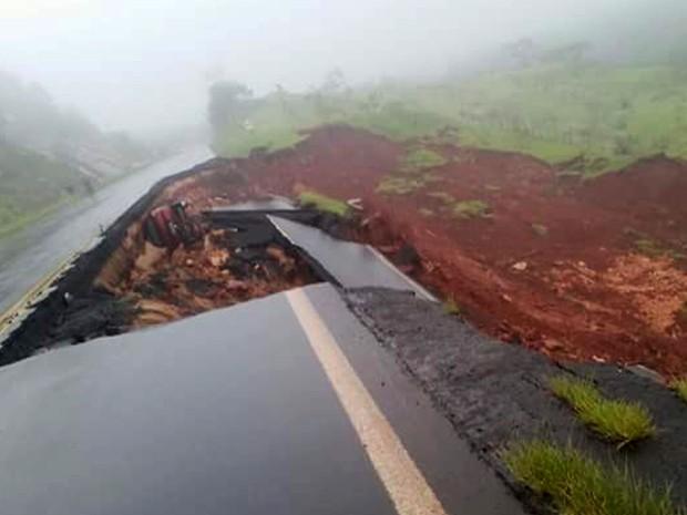 Segundo o DER-PR, prejuízos com estragos provocados pelas chuvas nas rodovias estaduais já passam de R$ 50 milhões e devem aumentar (Foto: AEN / Divulgação)
