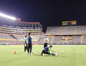 Jogadores do Grêmio reconhecem gramado em Guayaquil (Foto: Bruno Junqueira/Txt Assessoria)